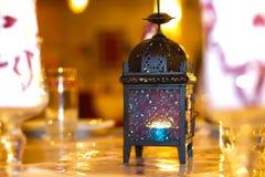 Orientalische Lampe mit gloden Hintergrund an der Hochzeit Lizenzfreie Stockfotos
