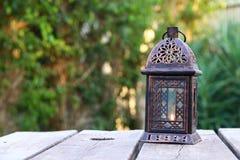 Orientalische Laterne der Weinlese über Holztisch Stockfotos