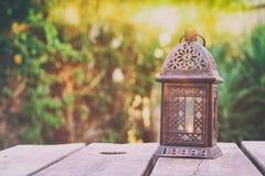 Orientalische Laterne der Weinlese über Holztisch draußen Stockfoto