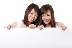 Orientalische Mädchen mit unbelegtem Zeichen lizenzfreie stockbilder