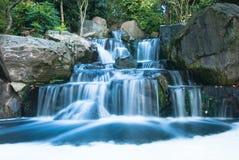 Orientalische Wasserfalllandschaft Lizenzfreie Stockfotos