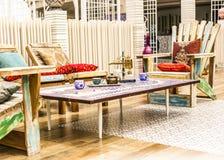 Orientalischer Aufenthaltsraum gegründet in einem libanesischen Restaurant mit Holzstühlen und Seidenkissen lizenzfreie stockfotografie