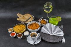 Orientalischer Indersatz, Huhn Korma, Huhn-tikka masala, Reis Pilaf Stockfotografie