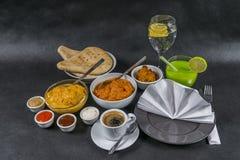 Orientalischer Indersatz, Huhn Korma, Huhn-tikka masala, Reis Pilaf Lizenzfreie Stockfotos