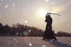 Orientalischer Kampfkunstkrieger am Wintertraining Stockbilder