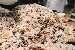 Orientalischer Schahpilaf, pilaw, plov, Reis mit Fleisch in Geb?ck filo, k?stlicher wohlriechender w?rziger Teller stockbilder