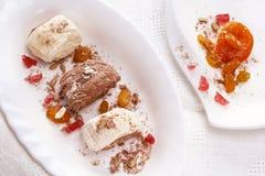 Orientalisches Bonbons halva, getrocknete Aprikosen, Rosinen, Sonnenblumensamen Lizenzfreie Stockfotografie