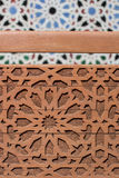 Orientalisches Design, arabisches Muster auf hölzernem Hintergrund Stockbild