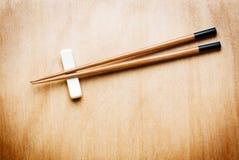 Orientalisches Ess-Stäbchen auf hölzerner Tabelle Stockbilder