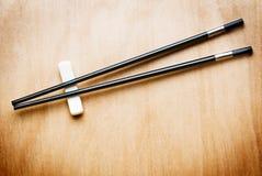 Orientalisches Ess-Stäbchen auf hölzerner Tabelle lizenzfreies stockbild