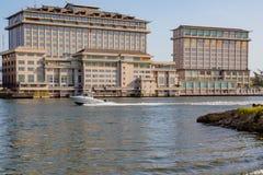 Orientalisches Hotel auf dem Nebenfluss Lagos Nigeria mit fünf Kaurischnecken stockfotos