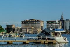 Orientalisches Hotel auf dem Nebenfluss Lagos Nigeria mit f?nf Kaurischnecken lizenzfreies stockbild