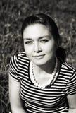Orientalisches Mädchen auf dem Grasfeld Schwarzweiss Stockbilder