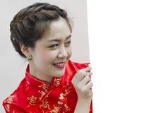Orientalisches Mädchen, das Ihnen ein glückliches chinesisches neues Jahr wünscht Stockfotos