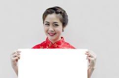 Orientalisches Mädchen, das Ihnen ein glückliches chinesisches neues Jahr wünscht Lizenzfreie Stockfotografie