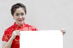 Orientalisches Mädchen, das Ihnen ein glückliches chinesisches neues Jahr wünscht Lizenzfreies Stockbild