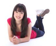 Orientalisches School-Mädchen des Jugendlichen, das auf Fußboden liegt Stockbilder