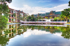 Orientalisk arkitektur reflekterad i damm Fotografering för Bildbyråer
