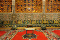 orientalisk dekorerad vardagsrum Arkivbilder