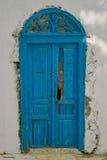 Orientalisk gammal blå dörr Arkivfoto