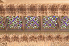 Orientalisk garnering inom av en moské Arkivfoton