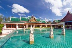 Orientalisk paviljong reflekterad i bevattna Arkivfoton