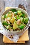 Orientalisk sallad med gurkan och höna Arkivfoto