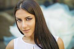 orientalisk stil Sinnlig arabisk kvinnamodell Härlig ren hud arkivbilder