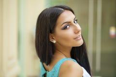 orientalisk stil Sinnlig arabisk kvinnamodell Härlig ren hud royaltyfria bilder