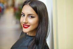 orientalisk stil Sinnlig arabisk kvinnamodell Härlig ren hud arkivbild