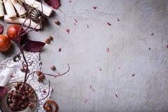 Orientalisk stilmatbakgrund Exotiska röda apelsiner med hasselnötter över grå färgtabellen Bästa sikt, kopieringsutrymme Laga mat arkivfoto