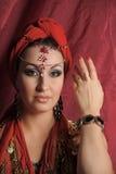 Orientalisk stilstående av den unga kvinnan Royaltyfri Fotografi