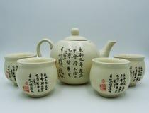 Orientalisk tekanna, en kopp, vit bakgrund fotografering för bildbyråer