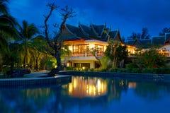 Orientalisk thailändsk arkitektur på natten Fotografering för Bildbyråer