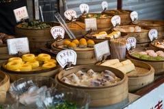 Orientaliska asiatiska efterrätter sålde på nattgatamarknaden i Kina Royaltyfri Bild