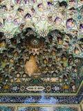 Orientaliska blommaprydnader av en moské Arkivbilder