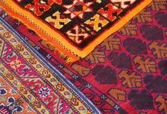Orientaliska filtar som är till salu på den östliga marknaden Arkivbilder