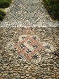 Orientaliska fotbanategelplattor planlägger i forntida kinesträdgård Arkivbilder