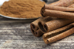 Orientaliska indiska kryddor ryktar curcuma för kardemumma för paprikamuskotnötchili kanelbrun på tappningträ Royaltyfri Foto