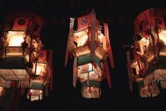 Orientaliska kinesiska gatalyktor i den gamla staden Arkivfoto