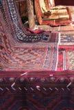 orientaliska mattor med olika färger och geometriska designer Fotografering för Bildbyråer