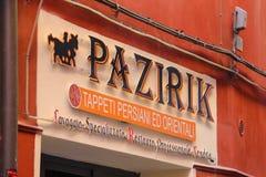 Orientaliska mattor shoppar Pazirik i mitt av Rimini, Italien Royaltyfri Bild