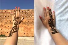 orientaliska modeller Modeller av henna på handen av en ung flicka Royaltyfri Bild