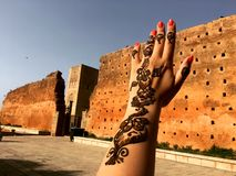 orientaliska modeller Modeller av henna på handen av en ung flicka Royaltyfria Bilder