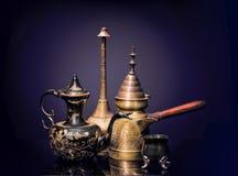Orientaliska motiv med en bronskaffebryggare och kokkärl Arkivbilder