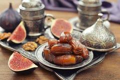 Orientaliska sötsaker med kaffe Arkivfoton