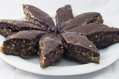 Orientaliska sötsaker på en vit bakgrund lovordar choklad Royaltyfri Fotografi