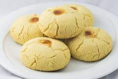Orientaliska sötsaker på ett vitt bakgrundsshakerbröd Royaltyfria Foton