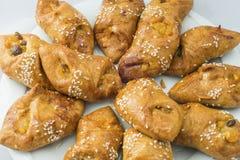 Orientaliska sötsaker på kakor för en vitbakgrundsapelsin Arkivbild