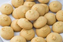 Orientaliska sötsaker på nya kakor för en vitbakgrund Arkivfoto